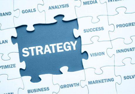 Puzzlebild mit Wörtern, hervorgehoben ist das Wort Strategie